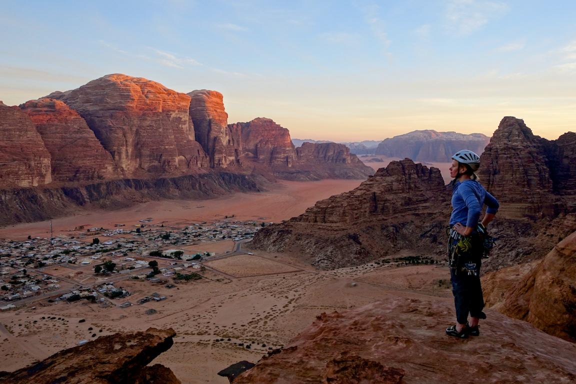 Wadi Rumin kylä ja poseeraava turisti Abu Mailehin tornin huipulla.