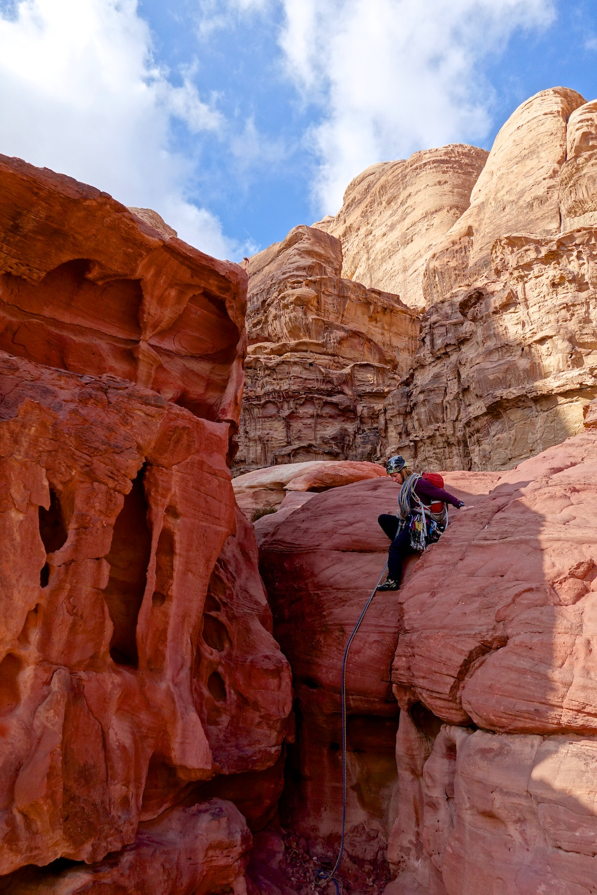 Matkalla alas Hammadin beduiinireitiltä. Climbing down Hammad's route.