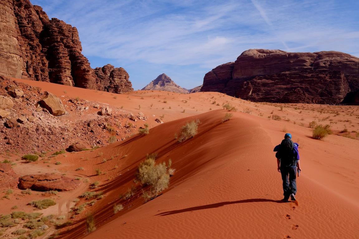 Punaisen hiekan lumo ja the Beautyn lähestyminen, Jebel Um Ihsrinin takana.
